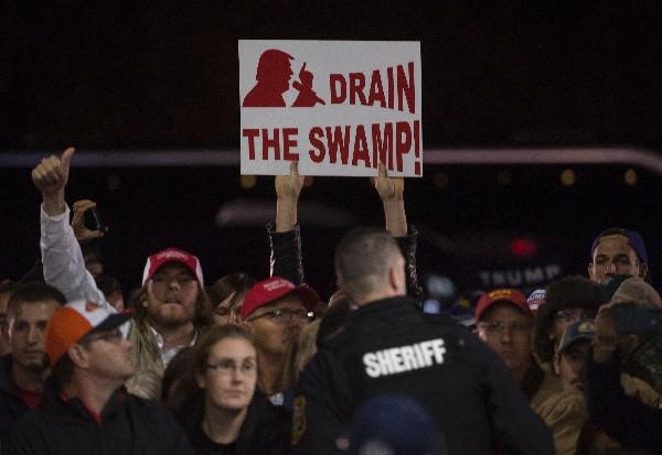 Los partidarios de Donald Trump expresan su apoyo en Leesburg, Virginia. (AFP).