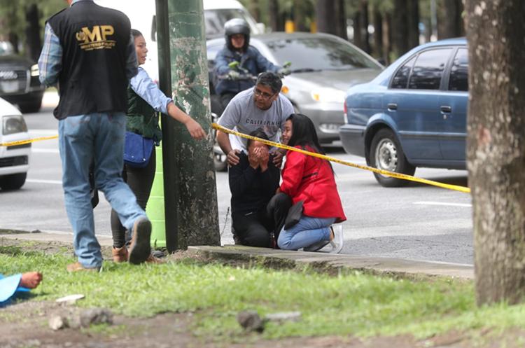 Familiares de una de las víctimas lloran en el lugar del ataque armado. (Foto Prensa Libre: Érick Ávila)
