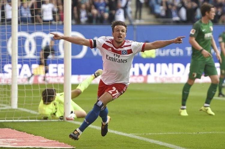 Müller nunca imaginó que festejar su gol frente al Ausburgo le costaría seis meses de baja por lesión. (Foto Prensa Libre: AP)