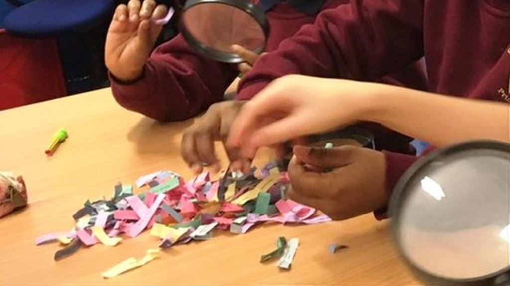 En un ejercicio, los niños separan pensamientos útiles e inútiles escritos en pequeños pedazos de papel.