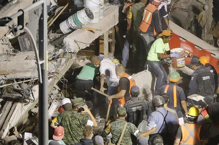 Rescatistas buscan a sobrevivientes del terremoto en los edificios colapsados.(EFE).