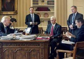 Trump acompañado por el jefe de Gabinete Reince Priebus, el vicepresidente Mike Pence, el vocero de la Casa Blanca Sean Spicer y Michael Flynn.(AP).