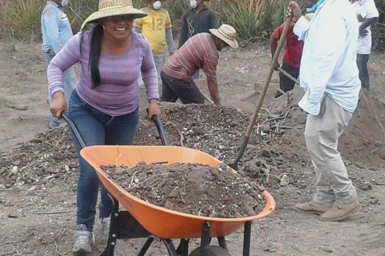 Mujer que antes era secretaria de la Policía Municipal de Tránsito, ahora labora en el campo, por orden del alcalde Adrián Samayoa. (Foto Prensa Libre: Oswaldo Cardona).