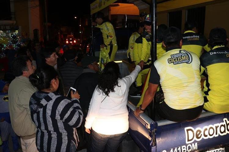 A su paso por las calles de Salcajá, las personas demostraban su admiración por los campeones. (Foto Prensa Libre: Raúl Juárez)