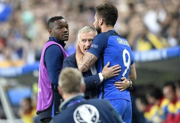 Olivier Giroud celebra con Didier Deschamps, técnico de Francia, al finalizar el partido. (Foto Prensa Libre: AP).