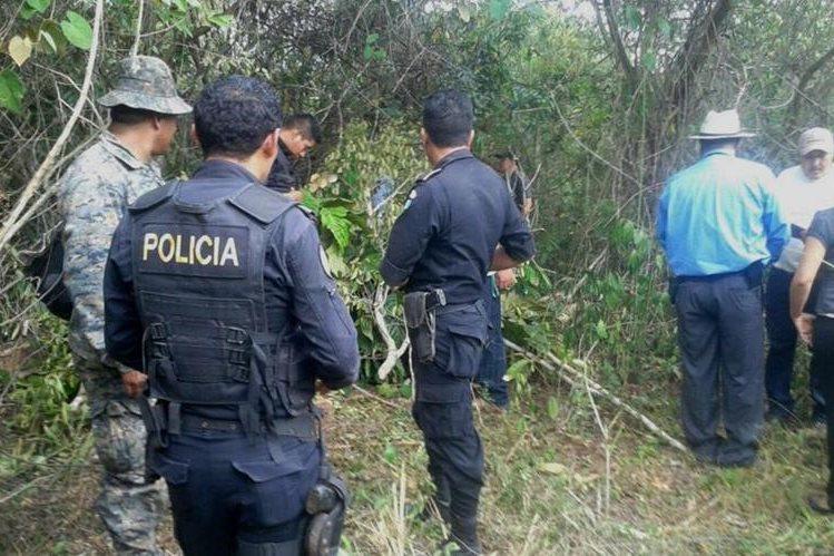 Investigadores inspeccionan el patio de la vivienda donde se localizó la madera preciosa, en San Benito,Petén.(Foto Prensa Libre: Rigoberto Escobar)