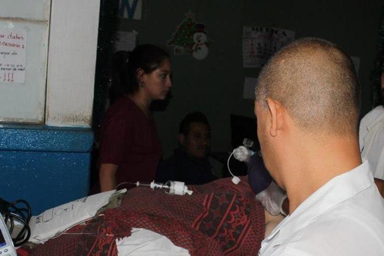 Personal médico atiende al abogado Livio Homero Morales Juárez. (Foto Prensa Libre).