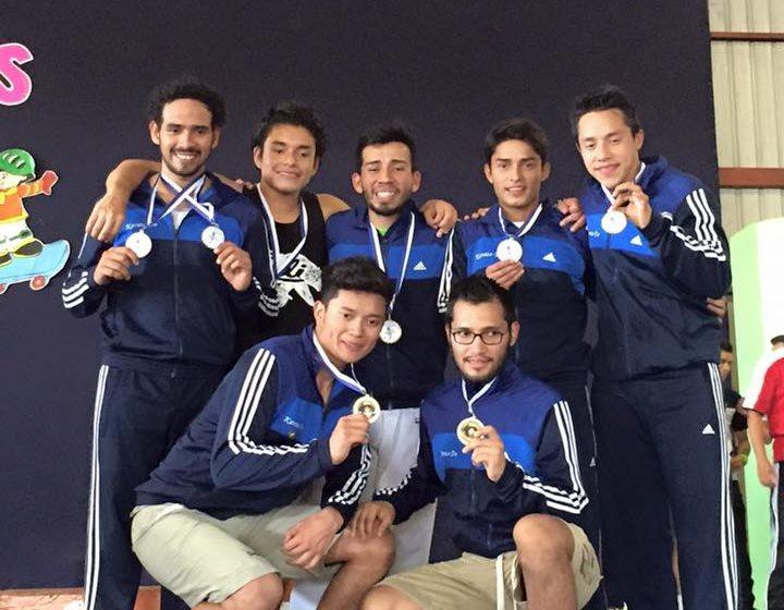 Los atletas ganadoras posan con las preseas. (Foto Prensa Libre: Facebook)