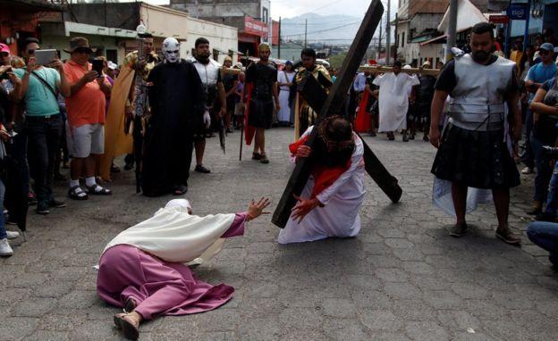 Diferentes procesiones por Semana Santa se realizaron en el mundo, como esta en Honduras. (Foto Prensa Libre: Reuters)