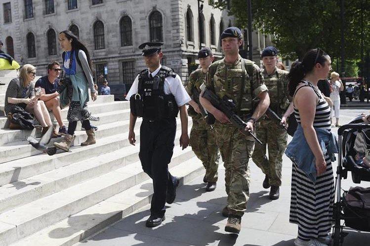 Las calles de Londres son resguardadas por militares ante amenaza inminente de otro ataque. (Foto Prensa Libre: EFE)