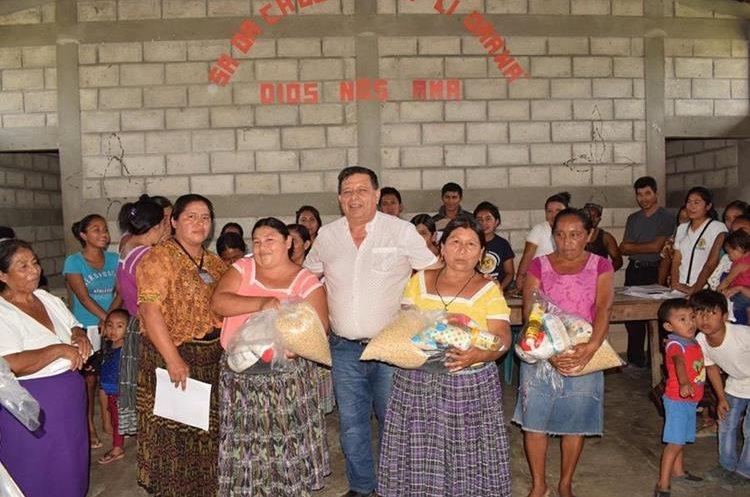 El alcalde de San Luis Petén, Jesús Claros Arriaza, participa en entrega de bolsas de víveres de vecinos. (Foto Prensa Libre: cortesía)