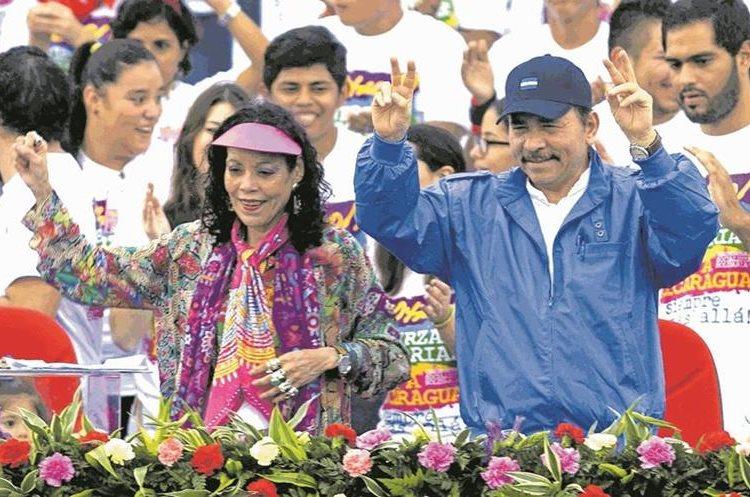 """Daniel Ortega y su esposa Rosario Murillo, """"la Chayo"""", gobiernan Nicaragua en medio del rechazo de miles de nicaragüenses que consideran una dictadura el falso gobierno democrático. Fotografía de 2016. (Foto: AFP)"""