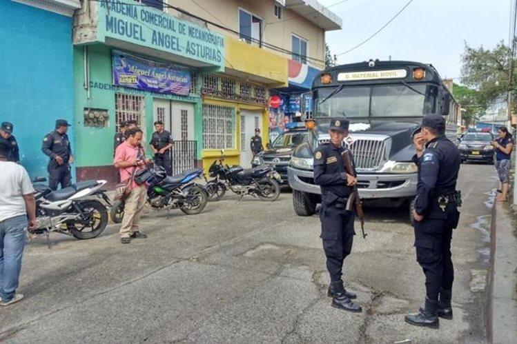 Bus que traslada a reos permanece frente a la cárcel de Jutiapa. (Foto Prensa Libre: Óscar González).