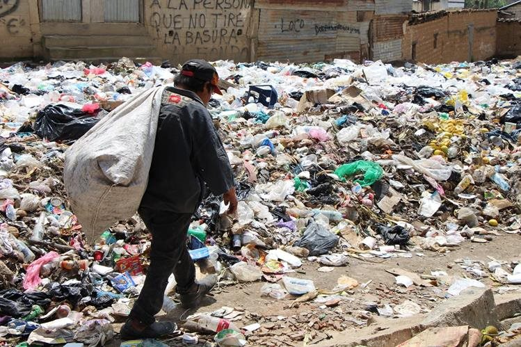 Acumulación de basura en la cabecera de Totonicapán preocupa a vecinos por la contaminación que causa. (Foto Prensa Libre: Édgar Domínguez)