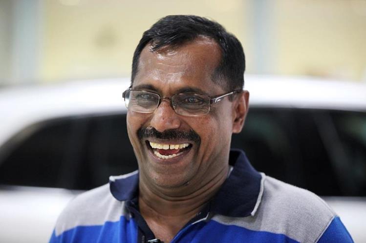 Mohamed Basheer sonríe al ser entrevistado por medios de prensa. (Foto Prensa Libre: AP).