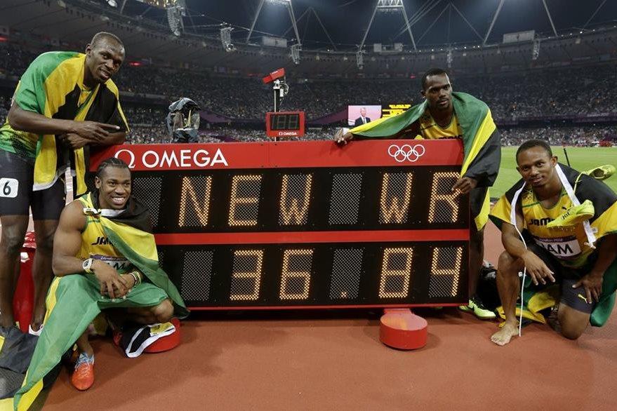 Bolt junto al equipo de Jamaica han roto marcas mundiales, en la foto en los Juegos de Londres 2012 luego de la prueba de relevos 4 x 100 metros. (Foto: AP)