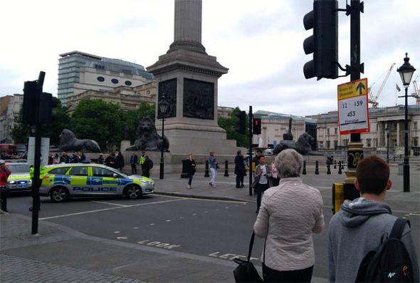 Autoridades de Londres investigan un paquete hallado en la plaza Trafalgar Square. (Foto Prensa Libre: express.co.uk)