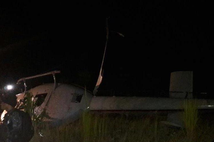 Agentes de la PNC logran salir de helicóptero accidentado en La Tinta, Alta Verapaz. (Foto Prensa Libre: Facebook)