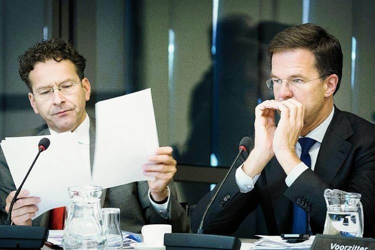El presidente del Eurogrupo, Jeroen Dijsselbloem (i), y el primer ministro holandés, Mark Rutte, hablán sobre el programa de rescate para Grecia. (PL-EFE)