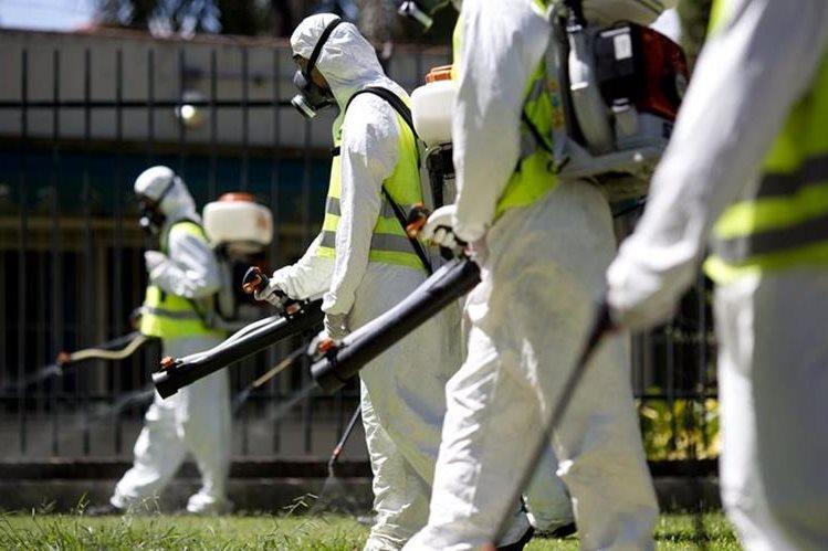 Trabajadores fumigan un área de Buenos Aires, Argentina. (Foto Prensa Libre: AP).