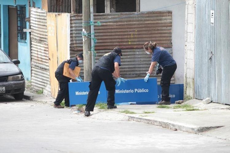 El cuerpo de Vilma Yolanda a Arriaza quedó tendido cerca de su vivienda en la colonia Bethania, zona 7. (Foto Prensa Libre: Érick Ávila)