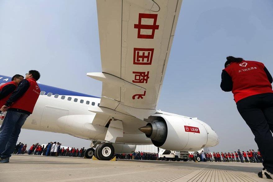 El avión fue presentado a un público selecto y el primer vuelo será en el 2017. (Foto Prensa Libre: AFP)