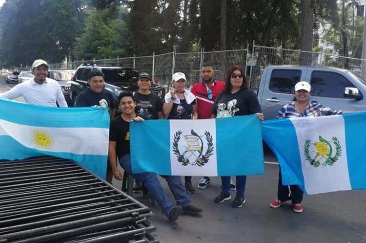 Admiradores de Ricardo Arjona de diferentes países han viajado a Guatemala para asistir al concierto de cierre de la gira Circo Soledad. (Foto Prensa Libre: Érick Ávila)
