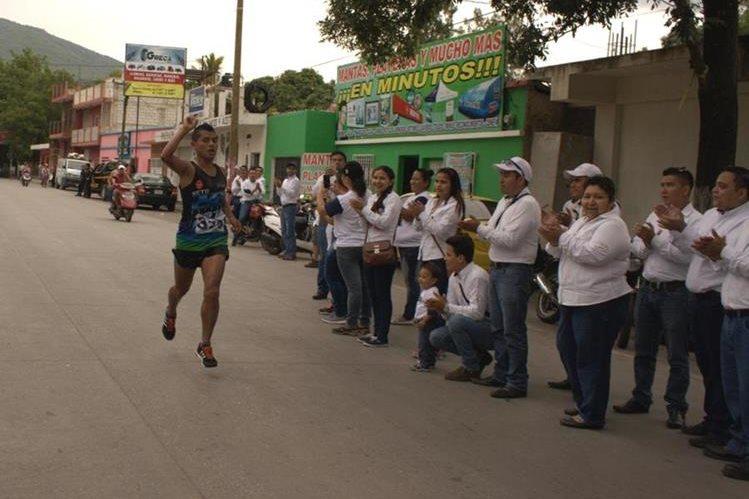 Uno de los competidores es aplaudido por el público, en Guastatoya, El Progreso. (Foto Prensa Libre: Héctor Contreras).