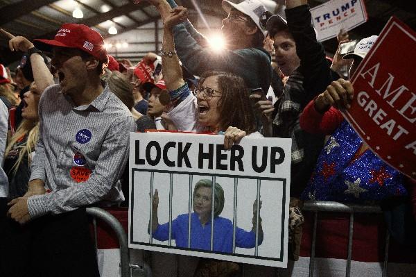 Partidarios de Donald Trump aplauden durante un mitin en Leesburg, Virginia.(AP).