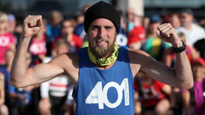 Smith en el momento de comenzar su último maratón, el 401, entre Bristol y Portishead, en el oeste de Inglaterra. (PA)