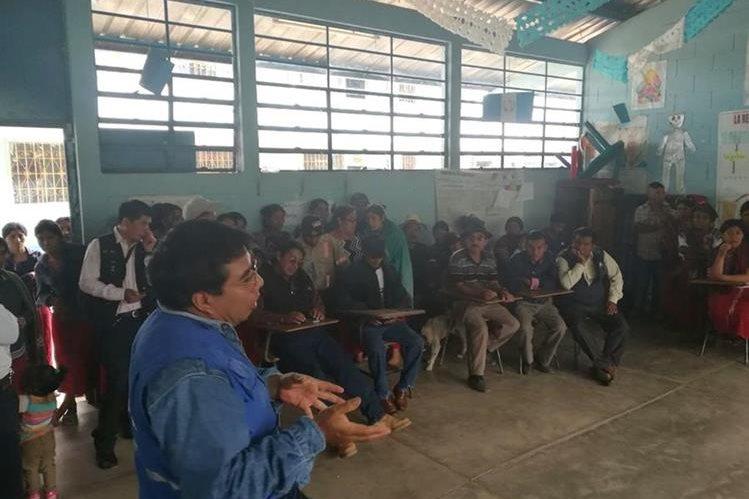 Eulogio Ceto, auxiliar interino de la Procuraduría de los Derechos Humanos en Nebaj, Quiché, media entre maestros y padres de familia para reanudar las clases. (Foto Prensa Libre: Héctor Cordero)