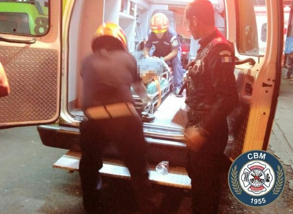 Mujer herida en zona 6 de Chinautla es ingresada al Hospital General. Foto Prensa Libre: Bomberos Municipales.