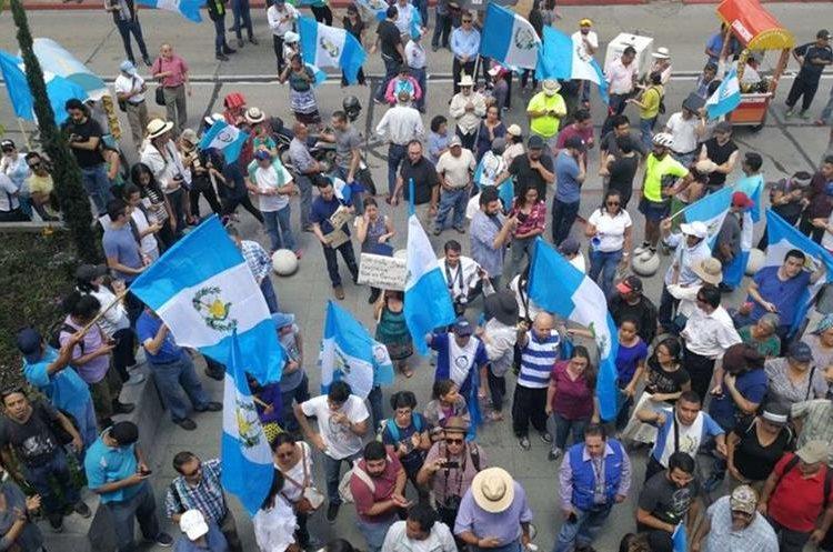 Las banderas de Guatemala se pueden apreciar en las afueras de la CC durante la manifestación.