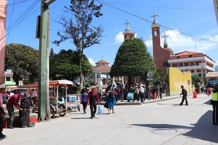 Mil 140 usuarios del área urbana están sin el servicio de energía eléctrica desde el sábado último. (Foto Prensa Libre: Whitmer Barrera)