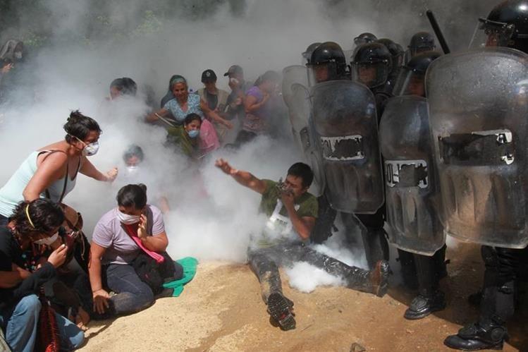 El pasado 23 de mayo un violento desalojo en el ingreso a la mina dejó 26 personas heridas. (Foto Prensa Libre: Hemeroteca PL)
