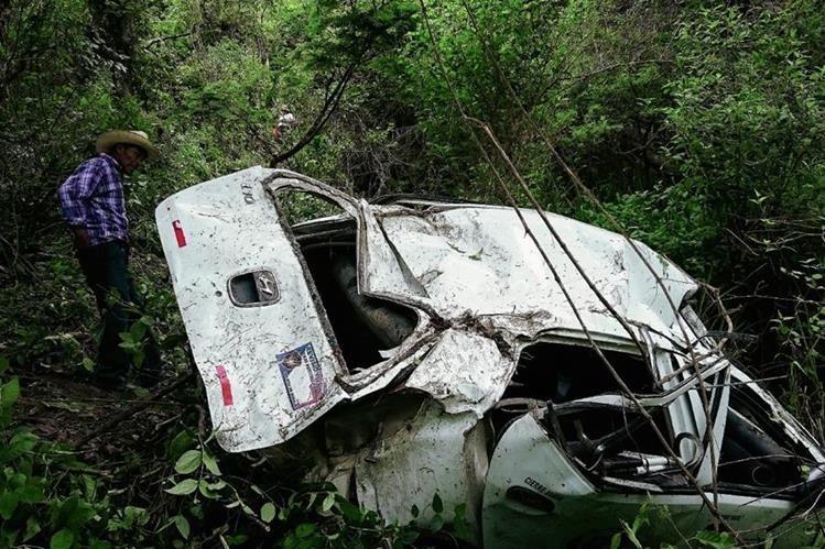 El vehículo donde viajaba Carlos Eduardo Yáñez Pirir y Sachali Hernández quedó destruido luego de caer en una hondonada, en Baja Verapaz. (Foto Prensa Libre: Carlos Grave)
