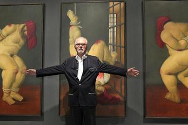 <p>El pintor y escultor colombiano Fernando Botero, posa ante su obra <em>Abu Ghraib 44, 2005.</em></p>