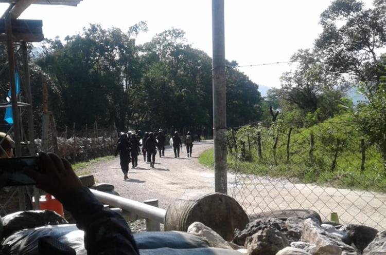 Al menos 195 agentes de la PNC han permanecido en el área de conflicto como medida de prevención. (Foto Prensa Libre).