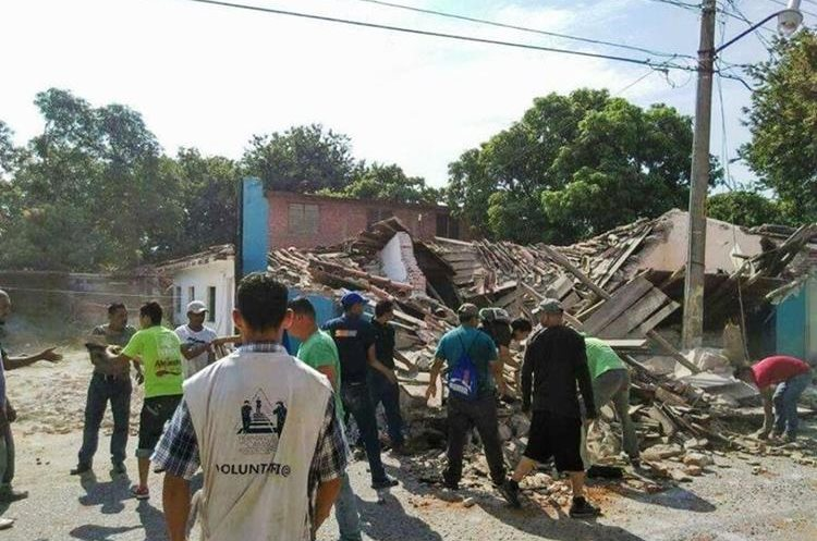 Migrantes centroamericanos apoyan en la tarea de reconstrucción en Oaxaca, México. (Foto Prensa Libre: Ernesto Castañeda)
