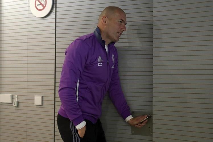 El técnico del Real Madrid, Zinedine Zidane, se retira de la conferencia de prensa previo al juego contra el Osasuna en Pamplona. (Foto Prensa Libre: EFE)