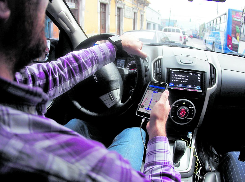 Los taxistas aducen que Uber es una competencia desleal, debido a que no pagan impuestos en las comunas. (Foto Hemeroteca PL)