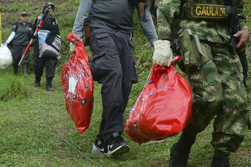 Algunos cadáveres hallados estaban envueltos en costales. (Foto Prensa Libre: AFP).