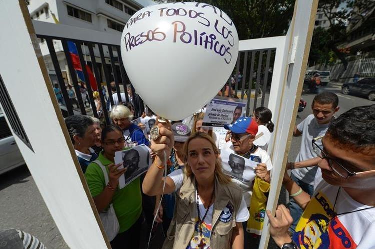 """Manifestantes exigen la liberación de los """"presos políticos"""" durante una protesta en Venezuela. (Foto Prensa Libre: AFP)."""
