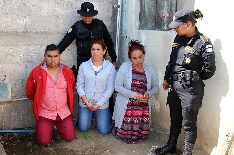 Marleny Sandoval y Ana Portillo fueron capturadas por asalto, junto con otro cómplice, en Xela. (Foto Prensa Libre: Carlos Ventura)