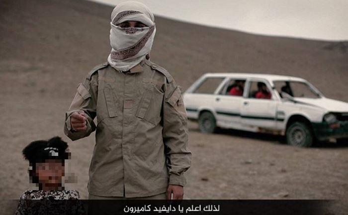 En el video se observa al menor (izq.) presionar un botón, aparentemente para hacer explotar el vehículo. (Fotograma del video difundido por el EI).