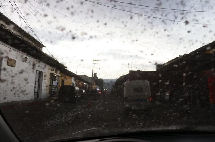 Varios usuarios han reportado la caída de ceniza en las calles de Antigua Guatemala, Sacatepéquez.