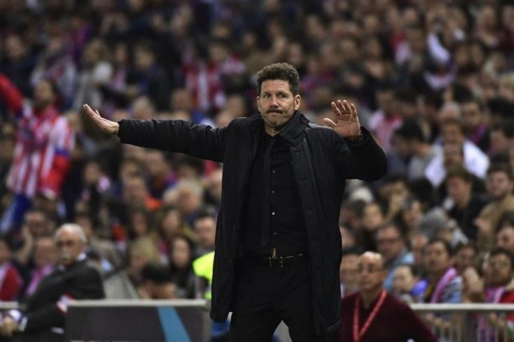 El entrenador del Atlético de Madrid, el argentino Diego Simeone exige a sus jugadores durante el duelo frente al Villarreal. (Foto Prensa Libre: AFP)