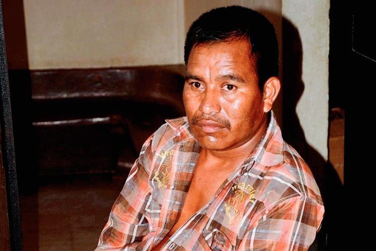 Oswaldo Cacao  fue llevado a la subestación de la PNC en Sayaxché, Petén, señalado de extorsionar a dos mujeres. (Foto Prensa Libre: Rigoberto Escobar)