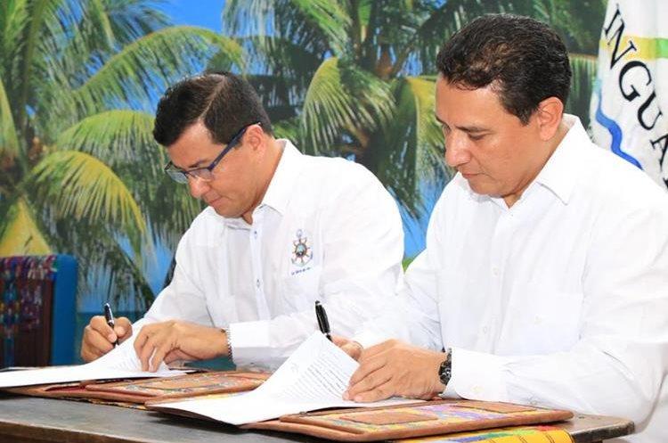 El alcalde de Puerto Barrios, Izabal, Hugo Sarceño, muestra el diseño de uno de los muelles que serán construidos. (Foto Prensa Libre: Dony Stewart)