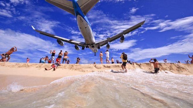 Desde la playa es posible ver a los aviones aterrizar casi por encima de tu cabeza. PRINCESS JULIANA AIRPORT
